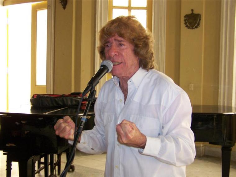 Carlos Ruiz de la Tejera, uno de los humoristas más famosos de Cuba, y que ha sobresalido por crear un estilo único en sus actuaciones. Se considera que él ha logrado en el humor, lo mismo que Luis Carbonell en la poesía, una manera muy singular y original de actuar.