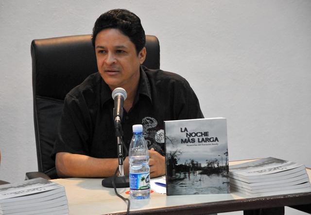 """El poeta , periodista y escritor Reinaldo Cedeño durante la presentación del libro """"La Noche más Larga. Memorias del Huracán Sandy"""". Foto Jorge Luis Guibert (Sierra Maestra)"""