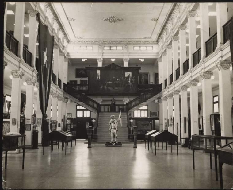 Foto antigua del interior del Museo Provincial Emilio Bacardí
