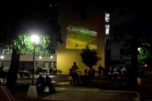 Proyección de un juego de fútbol en una de las paredes de un 18 plantas de la Avenida Victoriano Garzón