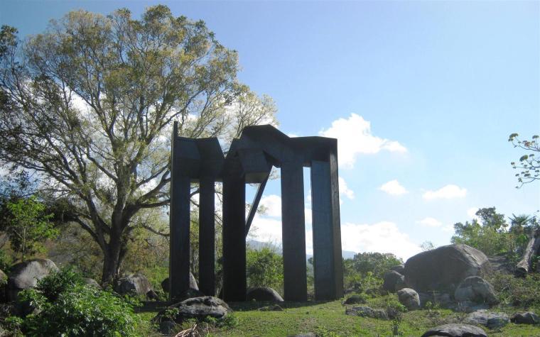 Entrada a las Piedras Sagradas, pieza de Eduardo Ramírez, emplazada en el prado de las Esculturas, en Santiago de Cuba. foto cortesía Fundación Caguayo