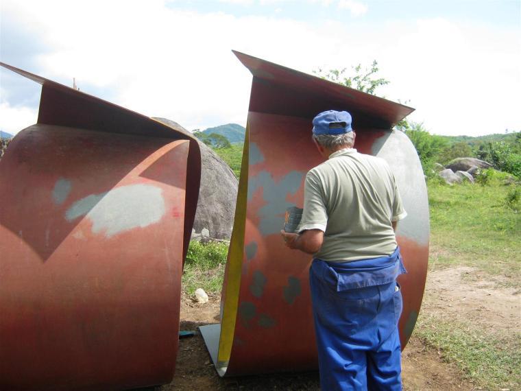 Trabajos de conservación en las piezas del Prado de las Esculturas, en el Parque Baconao, en Santiago de Cuba. Escultura de Eulises Niebla. Foto cortesía Fundación Caguayo.