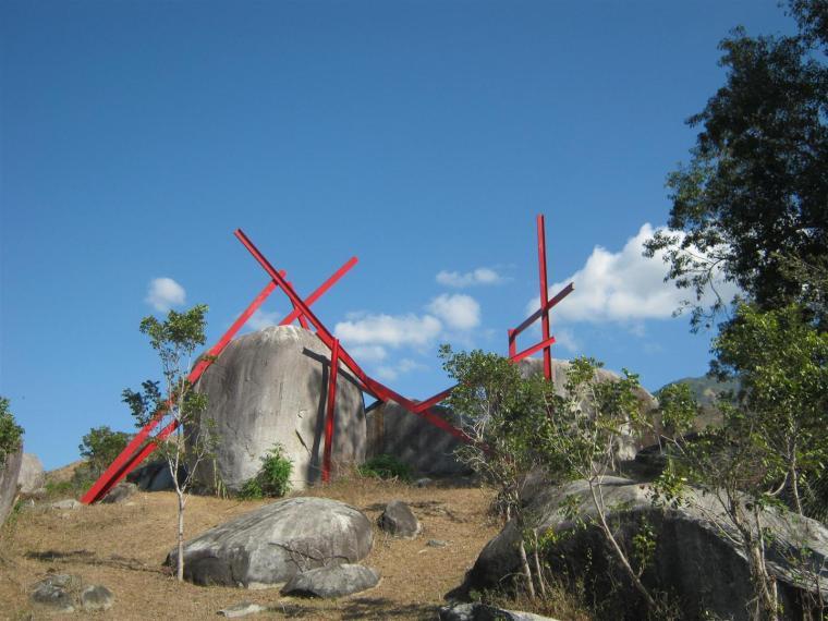 Obra Intervención Racional en el Paisaje Natural, de Martha Valdivia, pieza emplazada en el Prado de las Esculturas, en Santiago de Cuba. Foto cortesía Fundación Caguayo.