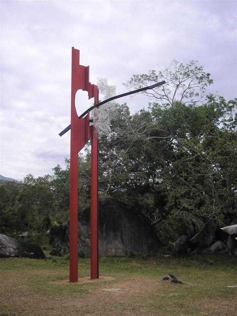 Pieza Majamoa, de Ennio Iommi, emplazada en el Prado de las Esculturas, en Santiago de Cuba. Foto cortesía Fundación Caguayo.