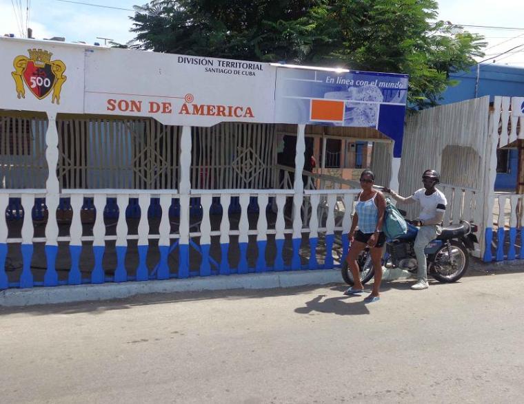 Empresas e instituciones santiagueras dan su aporte para ambientar los kioscos, Etecsa figura entre ellas. Foto periódico Trabajadores