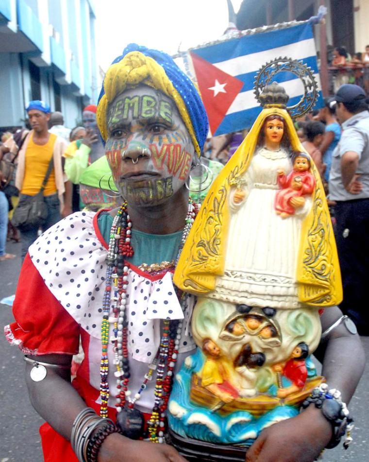 El tradicional desfile de la serpiente por toda la calle Aguilera en el Casco Histórico de Santiago de Cuba, fue la actividad final de la 34 Edición del Festival del Caribe o Fiesta del Fuego, que estuvo dedicada a Surinam, el 9 de julio de 2014. AIN FOTO/Miguel RUBIERA JUSTIZ