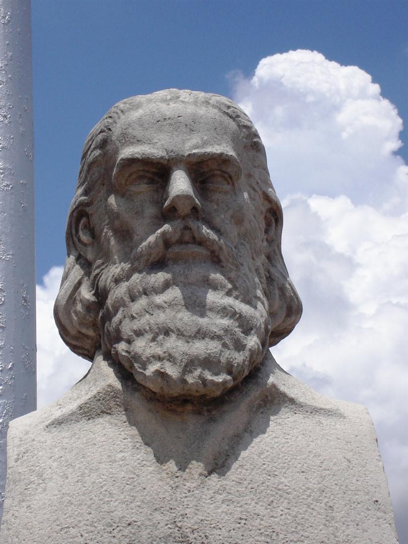 Escultura de Camilo Cienfuegos, en la Plaza de Marte, de Santiago de Cuba.