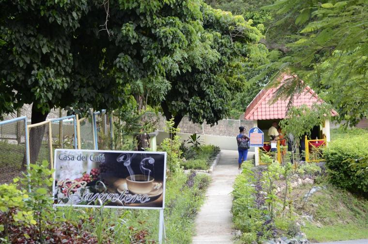Numerosos ranchones se han creado en el Zoológico de la ciudad, con motivo de hacer de este espacio un excelente lugar para el disfrute de la familia. Este, por ejemplo, está dedicado a la venta de café. Foto J. Loo Vázquez