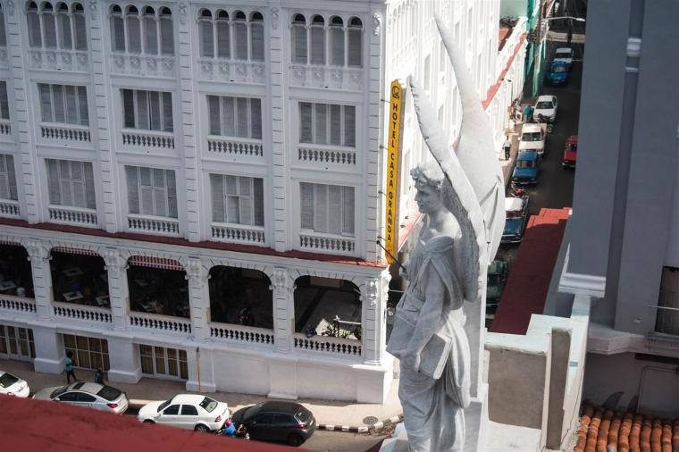 El Ángel de la catedral de Santiago de Cuba, visto desde el Mirador Catedral. Foto J. Loo Vázquez.