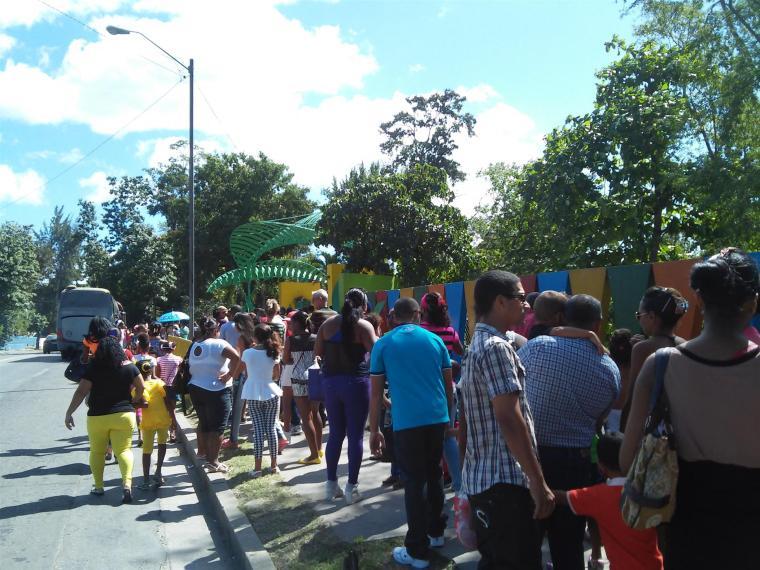 Inmensa cola para entrar al Zoológico, muestra de la curiosidad que sintieron los santiagueros por ver el famoso dinosaurio.