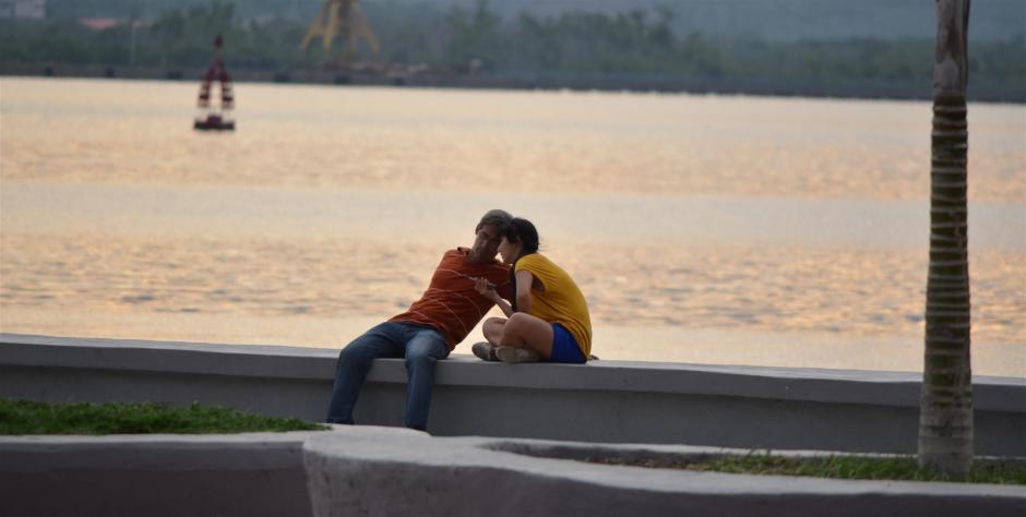 Malecón de Santiago de Cuba. Amor de padre e hija. Foto J. Loo Vázquez