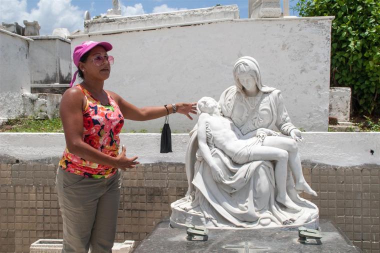5-Orialis Chelton Cerviño, museóloga de la Oficina del Conservador de la Ciudad, en el Cementerio, muestra una réplica de la obra La Piedad, de Miguel Ángel, una de las pocas que existen en Cuba.