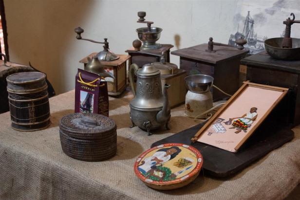 Antiguos molinillos, artesanías, entre otros objetos, forman parte de la donación. Foto J. Loo Vázquez